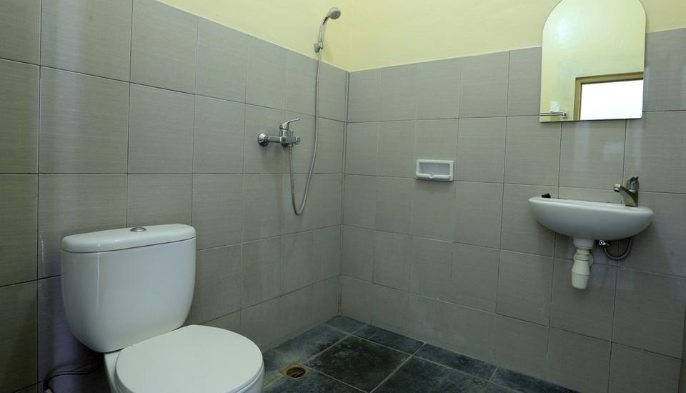 RedDoorz @Raya Seminyak Bali - Bathroom
