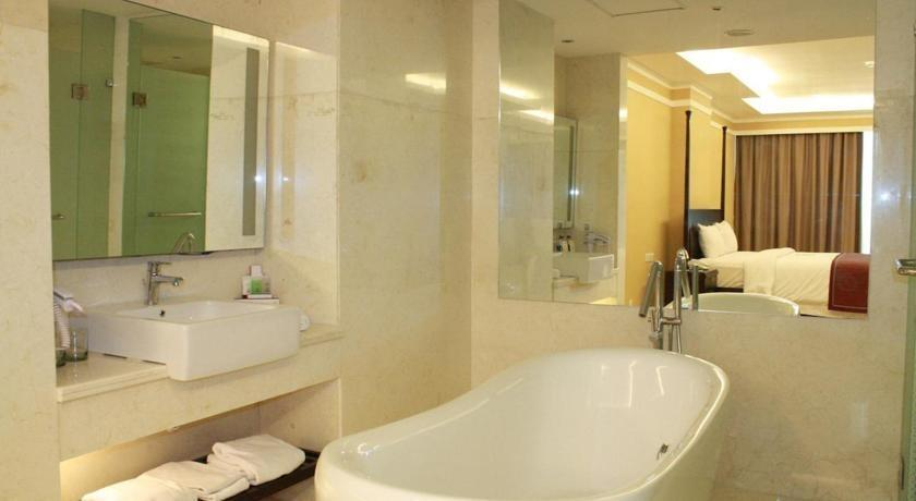Clarion Hotel Makassar - Bathtub