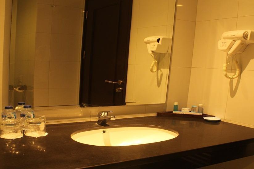 Hotel Brother Solo - Kamar mandi