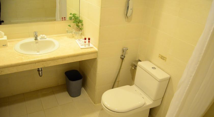 M Regency Makassar - Bathroom