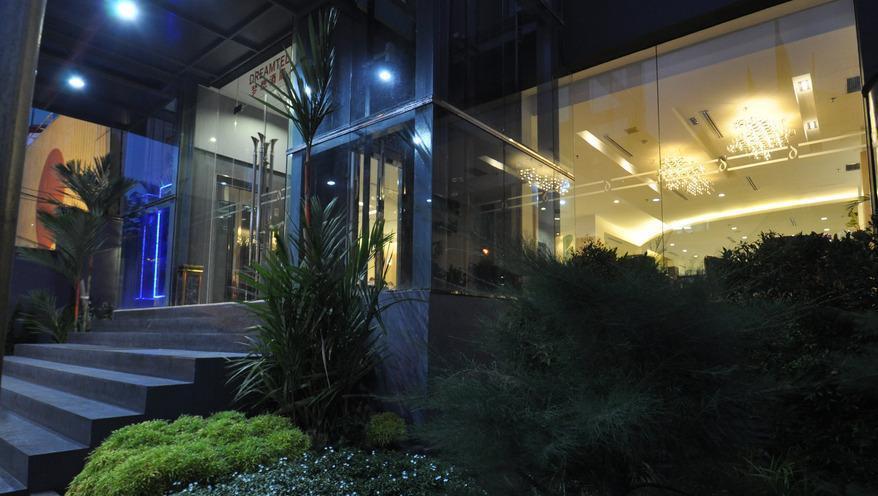 Dreamtel Hotel Jakarta - Night View