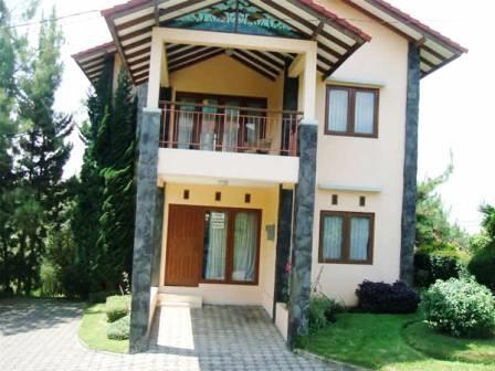 Villa Istana Bunga 3 Bedrooms Bandung - Villa Alamanda