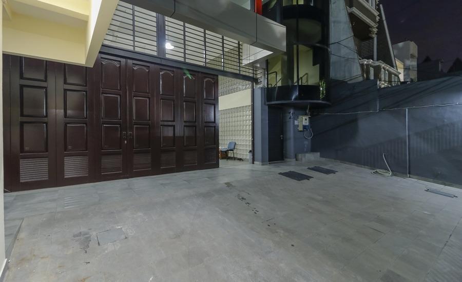 RedDoorz Plus near Harmoni Gajah Mada Jakarta -