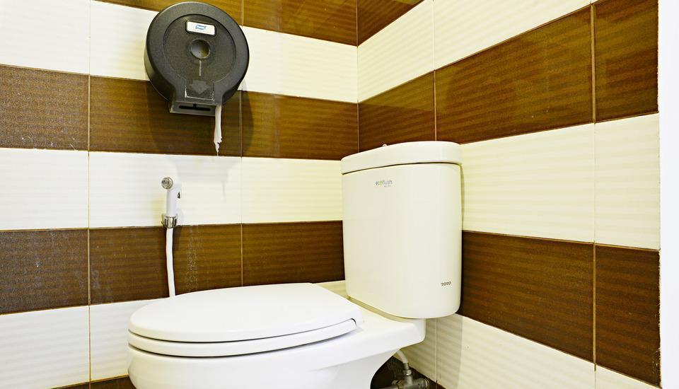 ZenRooms Sukaresmi Karang Setra - Kamar mandi