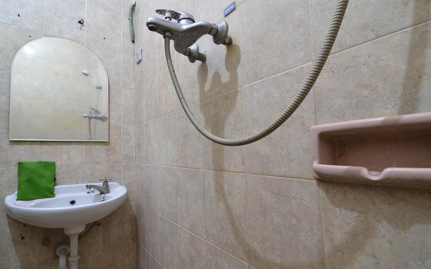 RedDoorz Plus @ Laweyan Solo - Bathroom
