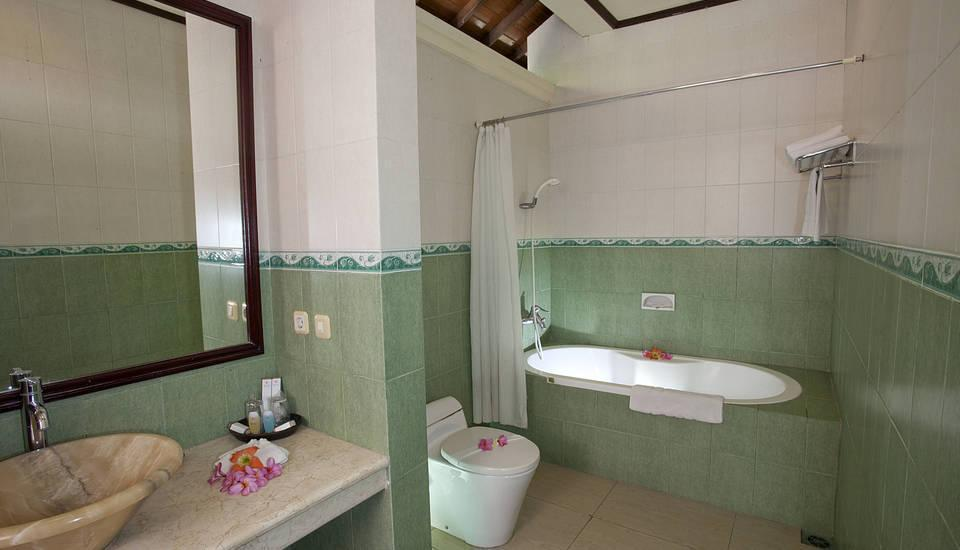 Puri Saron Senggigi Beach Resort Lombok - kamar mandi bungalow