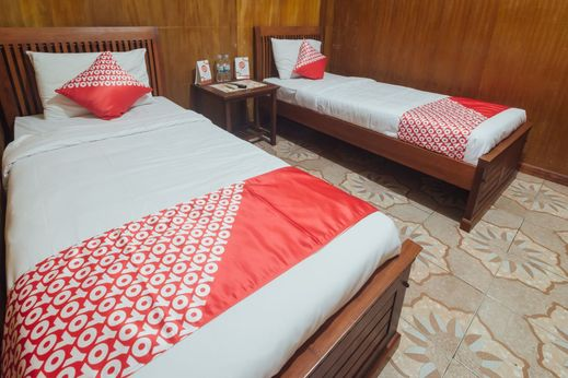 OYO 1300 Crecia Guest House Ambon - Bedroom