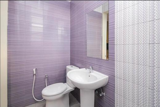 RedDoorz @ Cilandak Barat Jakarta - Bathroom