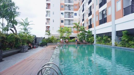 Sappy Room at Student Castle Apartment Yogyakarta - Kolam berenang luar ruangan