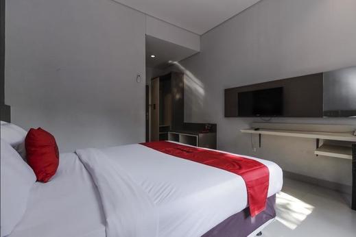 RedDoorz near Goa Sunyaragi Cirebon - Room