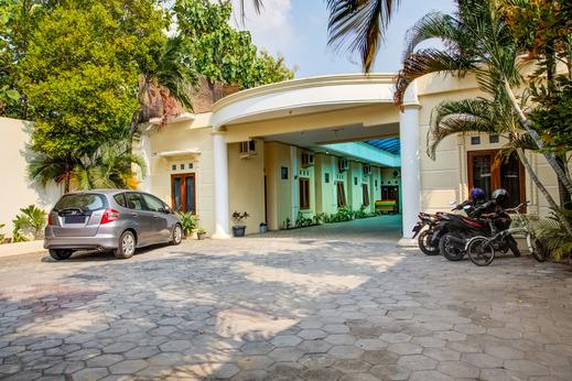 OYO 3831 Pelangi Residence Syariah Solo - Parking Area