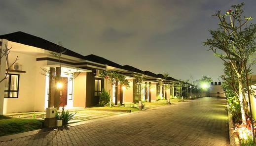 The Baliview Luxury Hotel & Resto Pekanbaru - night view villa