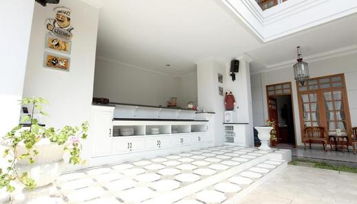 De Halimun Guest House Bandung - Receptionist