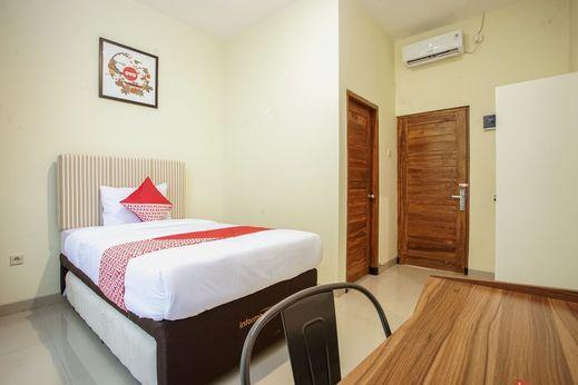 OYO 1241 Eirini Family Homestay Yogyakarta - Bedroom