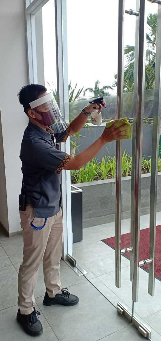 Zuri Express Banjarmasin Banjarmasin - Staff Tata Graha melakukan sanitasi