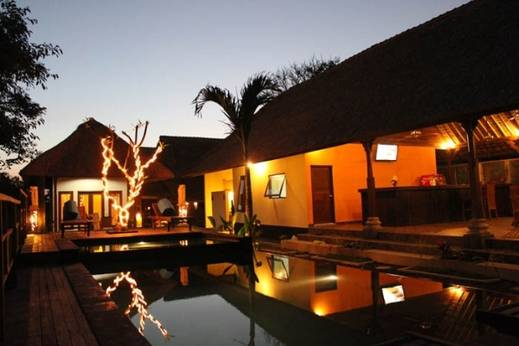 Dream Beach Kubu Hotel by WizZeLa Lembongan - Kolam renang di waktu malam hari