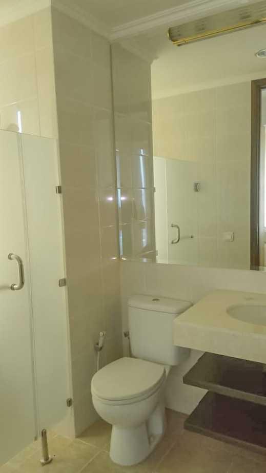 ST Moritz Apartemen Jakarta - Bathroom