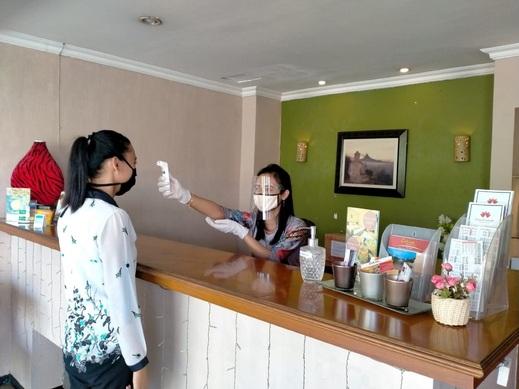 Hotel Catur Magelang - Pengecekan suhu tubuh