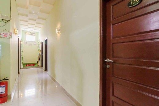 RedDoorz Syariah near Jam Gadang Bukittinggi 2 Bukittinggi - Photo
