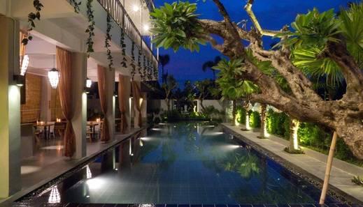 Sawah Joglo Jogja - pemandangan kolam renang malam