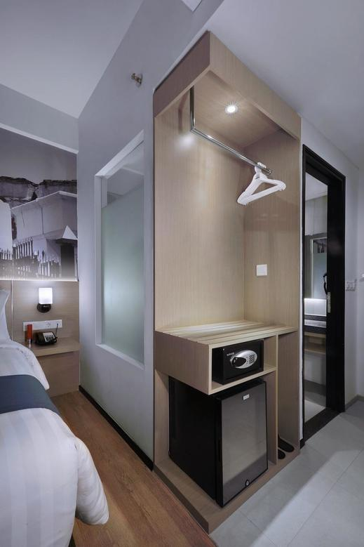 Hotel Neo+ Waru Sidoarjo by ASTON Surabaya - Wardrobe