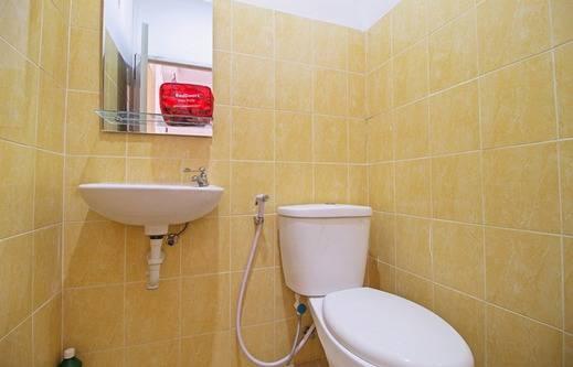 RedDoorz near STAN Ceger Raya - Bathroom