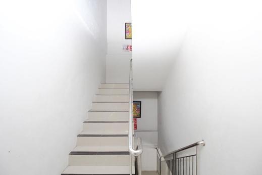 Airy Wonodri Krajan Tiga 690 Semarang - Stairs
