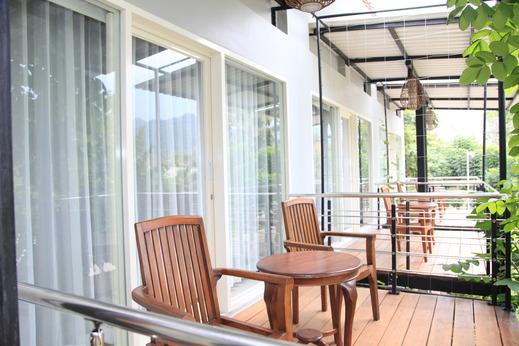 Bukit Daun Hotel and Resort Kediri - Balcony Romantic