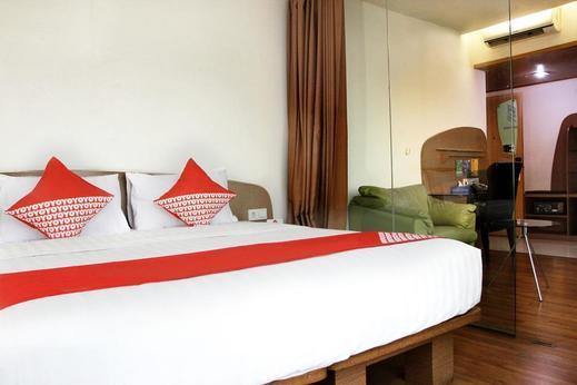 Capital O Business Hotel Jakarta - Bedroom