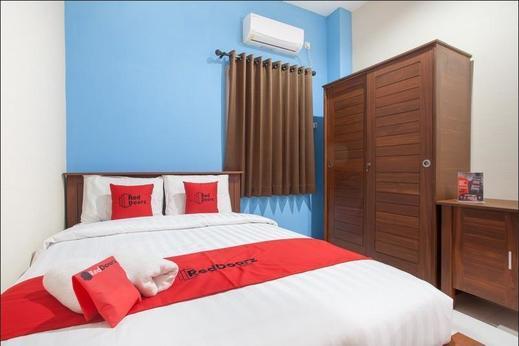 RedDoorz near Universitas Wijaya Kusuma Surabaya - Bedroom