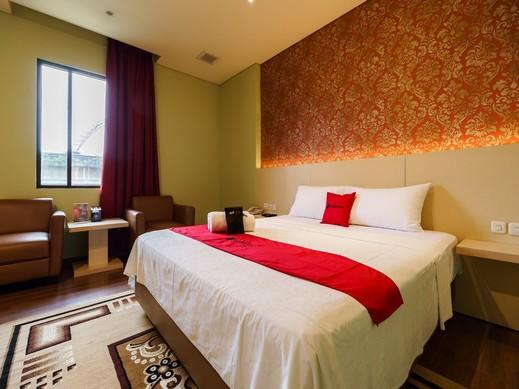 RedDoorz Plus near Dunia Fantasi Ancol Jakarta - Kamar Tamu