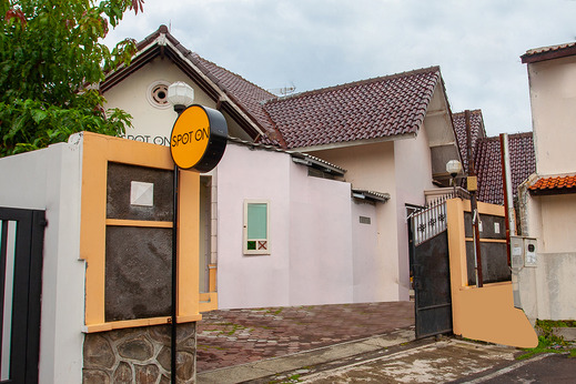 SPOT ON 2697 Homy House Semarang - Facade