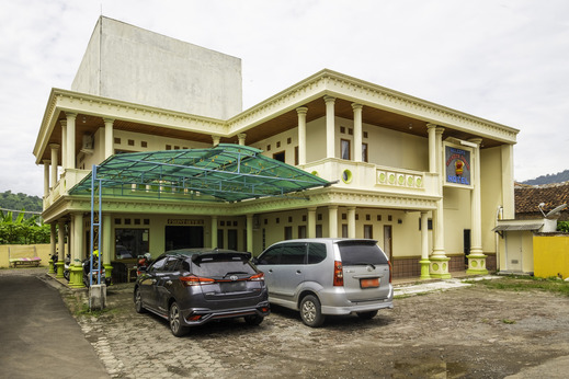 SPOT ON 1896 Hotel Mahkota Pantai Sukabumi - Facade