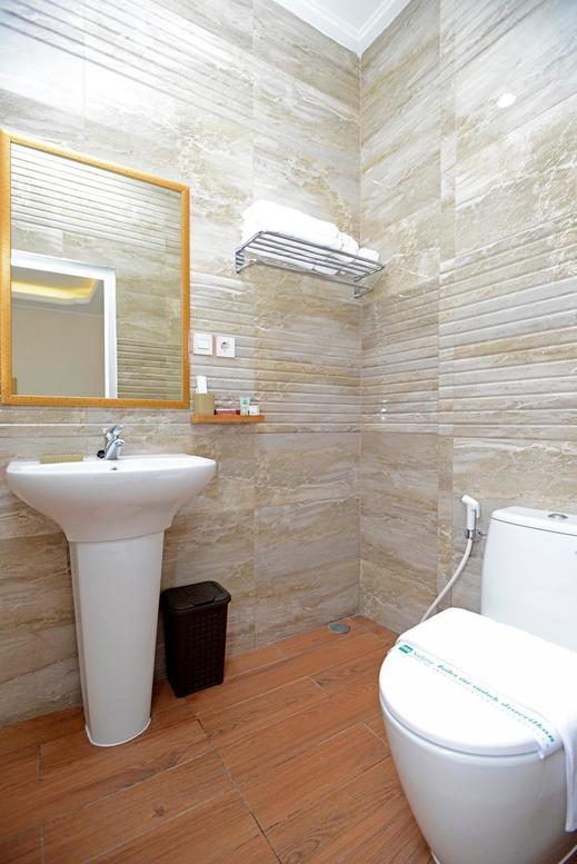Sahira Butik Hotel Pakuan Syariah Bogor - Bathroom