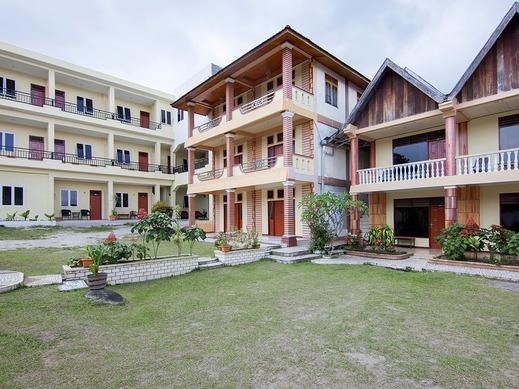 OYO 2208 Thyesza Hotel Danau Toba - Facade