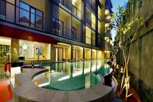 Quest Hotel Kuta by ASTON Kuta - Kolam Renang