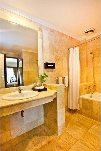 Kumala Pantai Bali - Bathroom