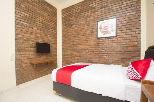 OYO 952 Annisa Syariah Guest House Yogyakarta - Bedroom