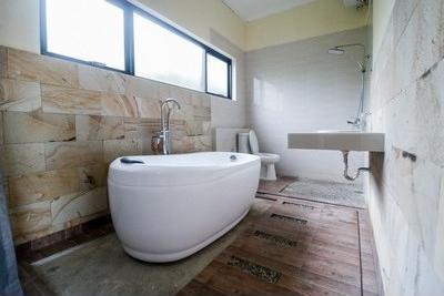 RedDoorz Plus near Kualanamu Airport Deli Serdang - Bathroom