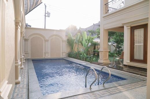 Fernasya Home Yogyakarta - Pool