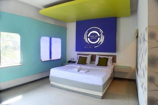 Kamar Papa Ho hotel yang minimalis dengan double bed