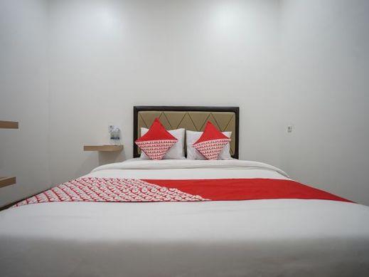 RedDoorz Plus @ Jalan Veteran Palembang Palembang - Bedroom
