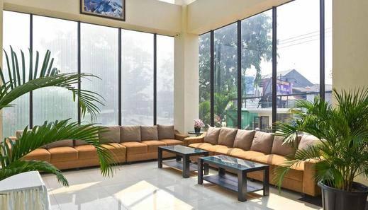 RedDoorz Premium @ Igloo Hotel Cikarang - Lobby