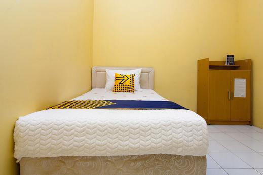 SPOT ON 2830 Azka Guest House Syariah Cilacap - Bedroom