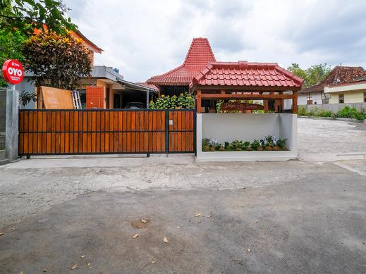 OYO 3906 Dalem Putu Sanjaya Syariah Jogja - Facade