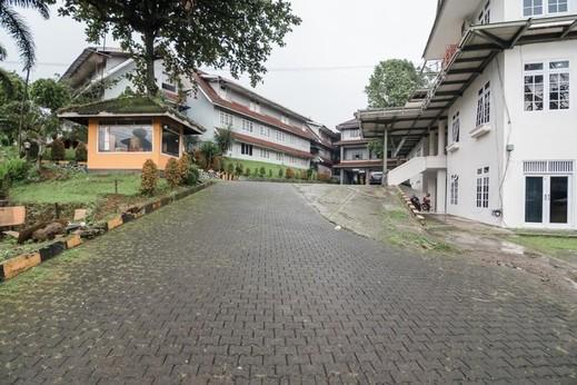RedDoorz Syariah near Taman Wisata Matahari Puncak - Exterior