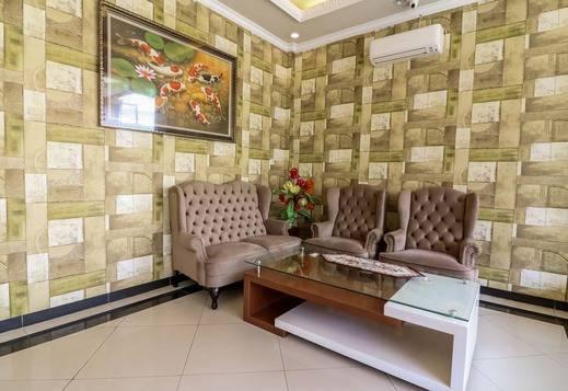 NIDA Rooms Queen Place Makassar - Ruang tamu