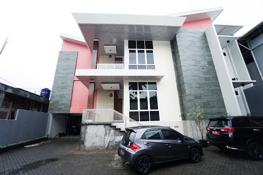 OYO 1290 Felizcha House Manado - Facade