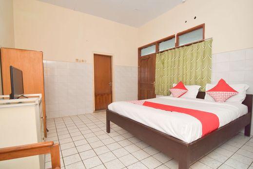 OYO 1232 Hotel Basra Tuban - Bedroom