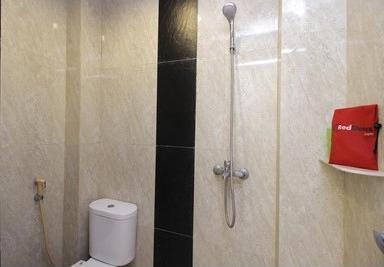 RedDoorz near Jalan Jendral Sudirman Manado Manado - Bathroom
